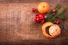 红色圣诞节装饰品、食物装饰和杉树在土气木背景分支 看板卡例证向量xmas 新年好 顶视图 免版税库存照片