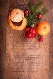 红色圣诞节装饰品、食物装饰和杉树在土气木背景分支 看板卡例证向量xmas 新年好 免版税库存图片