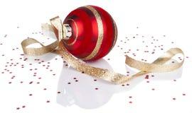 红色圣诞节装饰品和丝带和反映 免版税库存照片