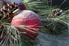 红色圣诞节装饰品雪 库存图片