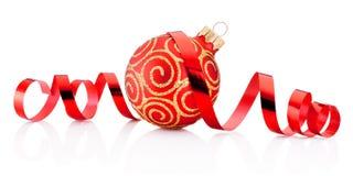 红色圣诞节装饰在wh隔绝的中看不中用的物品和卷曲的纸 免版税库存图片