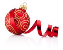 红色圣诞节装饰被隔绝的中看不中用的物品和卷曲的纸 免版税库存照片
