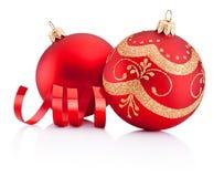红色圣诞节装饰被隔绝的中看不中用的物品和卷曲的纸 库存图片