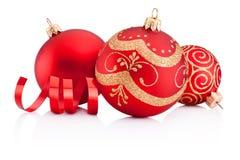红色圣诞节装饰被隔绝的中看不中用的物品和卷曲的纸 图库摄影