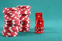 红色在一张绿色使用的表的啤牌赌博的筹码 免版税库存图片