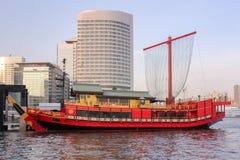红色在东京海湾的巡航yakatabune传统日本式 库存图片