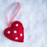红色在冷淡的白色雪冬天背景的玩具和蔼心脏 爱和圣华伦泰概念 库存照片