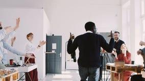 红色在办公室庆祝党的EPIC-W愉快的乐趣年轻黑经理人跳舞与五彩纸屑和队慢动作 股票视频