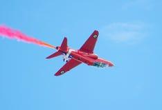 红色在塔林海湾上的箭头英国皇家空军特技显示在23 06 2014年 免版税库存图片