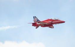 红色在塔林海湾上的箭头英国皇家空军特技显示在23 06 2014年 库存图片