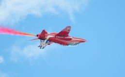 红色在塔林海湾上的箭头英国皇家空军特技显示在23 06 2014年 图库摄影