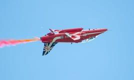 红色在塔林海湾上的箭头英国皇家空军特技显示在23 06 2014年 免版税库存照片