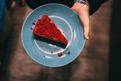红色在大理石桌上的天鹅绒蛋糕一件乳脂状的顶部 免版税库存照片
