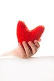 红色在孩子的手上编织了心脏, Valen的概念 免版税库存照片