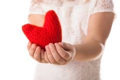 红色在孩子的手上编织了心脏, Valen的概念 免版税库存图片