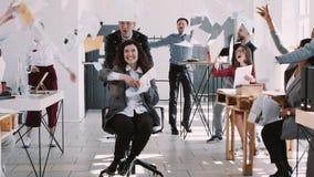 红色在庆祝与队慢动作的空气的EPIC-W愉快的美丽的年轻办公室工作者妇女投掷的纸成功 股票录像