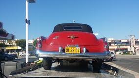 1950红色在拖曳皱褶的卡迪拉克汽车 库存照片