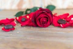 红色在木地板上的玫瑰花在华伦泰` s天 免版税图库摄影