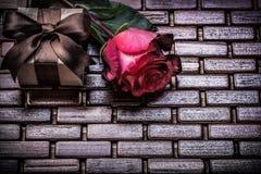 红色在柳条木的膨胀的玫瑰礼物箱子 免版税库存照片