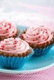 红色在桃红色杯形蛋糕巧克力糖果洒 免版税库存照片