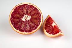 红色在白色隔绝的血液西西里人的桔子半和楔子  库存图片