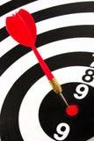 红色在目标中心投掷箭头 免版税库存图片