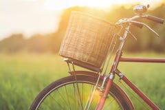 红色在绿色领域的日本样式经典自行车 图库摄影