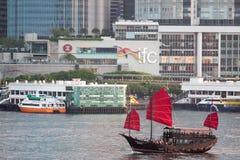 红色在维多利亚港口,香港的风帆中国破烂物小船 免版税库存图片