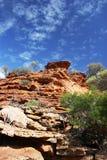 红色在Kalbarri国家公园分层了堆积峭壁和蓝天 免版税库存图片