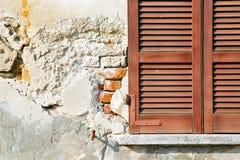 红色在Th的窗口varano意大利抽象晴天窗帘 免版税图库摄影