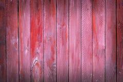 红色垂直的板条绘了在篱芭或门的破旧的板条 库存图片