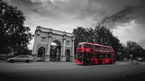 红色城市公共汽车在伦敦 图库摄影