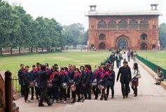 红色堡垒的亚裔小学生在德里印度 免版税库存图片
