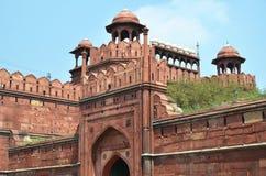 红色堡垒 黑色公用德里印度人模式乘坐三运输tuk都市被转动的黄色 免版税库存图片