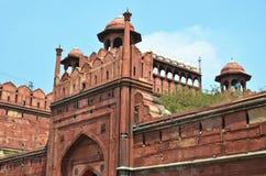 红色堡垒(Lal Qila) 黑色公用德里印度人模式乘坐三运输tuk都市被转动的黄色 免版税图库摄影