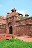 红色堡垒(Lal Qila) 黑色公用德里印度人模式乘坐三运输tuk都市被转动的黄色 图库摄影