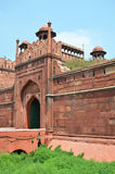 红色堡垒(Lal Qila) 黑色公用德里印度人模式乘坐三运输tuk都市被转动的黄色 免版税库存照片
