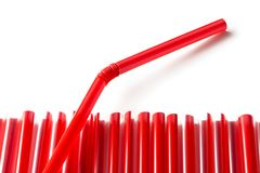 红色塑料秸杆行与非常突出一的秸杆的  免版税库存图片