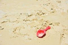 红色塑料铁锹玩具 库存图片