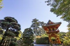 红色塔和树在日本庭院里 免版税库存照片