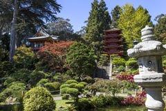 红色塔和树在日本庭院里 库存照片