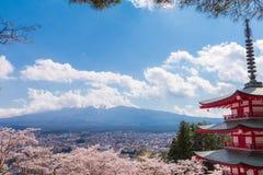 红色塔和樱花佐仓在春季与Mt F 库存照片