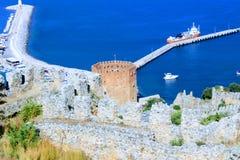 红色塔和港口看法从山阿拉尼亚,土耳其 库存照片