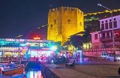 红色塔的夜视图在阿拉尼亚 免版税库存照片