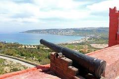 从红色塔的看法到Ghadira海滩,马耳他 免版税库存照片