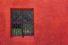 红色墙壁视窗 免版税库存图片