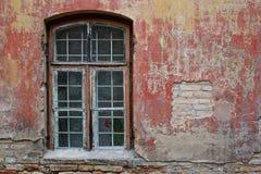 红色墙壁视窗 免版税库存照片