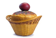 红色复活节彩蛋和复活节面包在一个篮子在一白色backgrou 库存图片