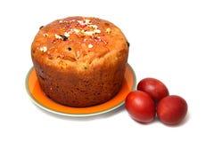 红色复活节彩蛋和饼 免版税库存照片