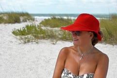 戴红色夏天帽子的妇女 库存照片